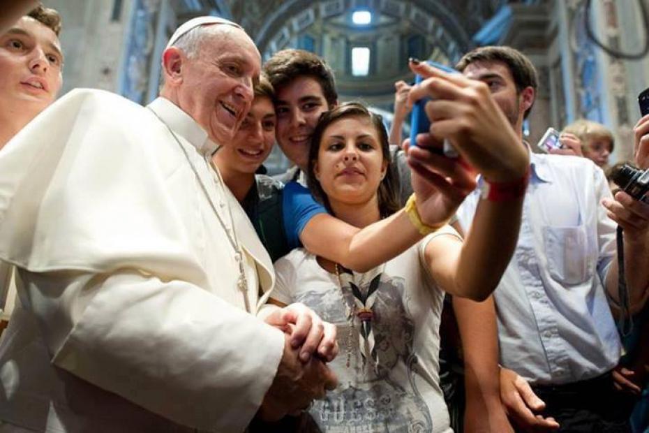 papa-francesco-con-i-giovani