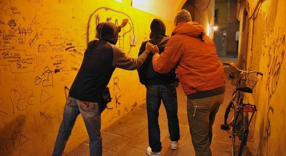 20081118-PONTEDERA (PISA)-CRO- GIOVANI:SOLI,IMPAURITI CERCANO TECNOLOGIE E SBALLO.EMERGENZA BULLISMO, NE SAREBBE VITTIMA UNO SU QUATTRO. Tre ragazzi fotografati questa sera a Pontedera.ANSA/FRANCO SILVI